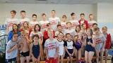 Pływanie. Grad medali młodych zawodników MKS Trójka