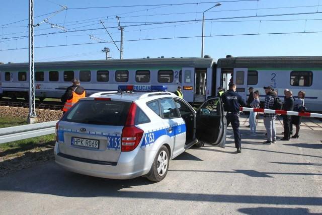 Pociąg relacji Przemyśl - Szczecin śmiertelnie potrącił człowieka. Do tragedii doszło na przejeździe kolejowym w Miłocinie w rejonie strefy Dworzysko.Dzisiaj o godz. 8:21 strażacy dostali zgłoszenie, że pociąg relacji Przemyśl - Szczecin potrącił kobietę. - Ze wstępnym ustaleń policji wynika, że kobieta weszła na tory bezpośrednio przed nadjeżdżający pociąg relacji Przemyśl - Szczecin. Pociąg jechał w kierunku Krakowa. W wyniku potrącenia kobieta zmarła – informuje nadkom. Adam Szeląg  z Komendy Miejskiej w Rzeszowie.   Obsługa pociągu była trzeźwa. Na chwilę obecną ruch na trasie Rzeszów - Kraków i Kraków - Rzeszów jest zablokowany. Na miejscu wypadku pracują policjanci.Aktualizacja, godz. 14.09Policja ustaliła już tożsamość kobiety. Tragicznie zmarłą jest 46 -letnia mieszkanka Rzeszowa. Policjanci zakończyli już pracę na miejscu wypadku. Na chwilę obecną ruch na trasie kolejowej Rzeszów - Kraków i Kraków - Rzeszów został już przywrócony. Sprawą zajmuje się prokuratura. - Prokurator zabezpieczył ciało do badań - mówi Adam Szeląg.