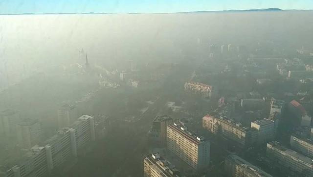 Widok z 44 piętra Sky Tower na smog wiszący nad Wrocławiem