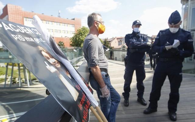 """W demonstracji Obywateli RP, która dziś odbyła się na okrągłej kładce w Rzeszowie, wzięło udział około 10 osób. Demonstranci rozwinęli na kładce baner z napisem """"Konstytucja!"""". Zaraz po rozpoczęciu przemów, policja - przy użyciu megafonów - nakazała przerwać zgromadzenie. Demonstrantów otoczono i zaczęto spisywać. Uczestnicy protestowali, poddawali wątpliwość czy nakazy policji są słuszne, ale ostatecznie rozeszli się."""