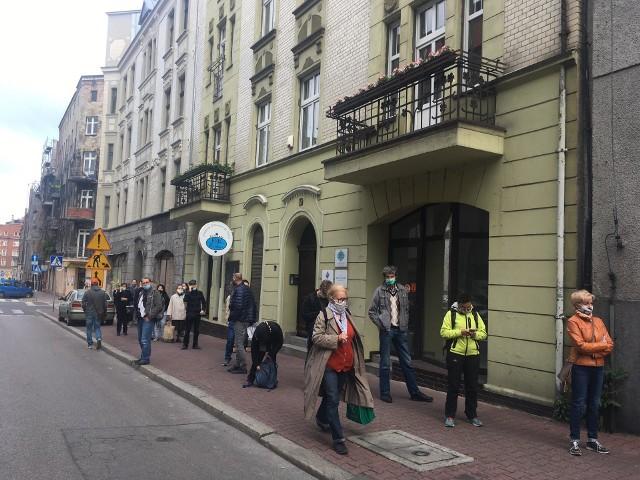 Długa kolejka pod Urzędem Skarbowym w Katowicach. Petenci zniecierpliwieni