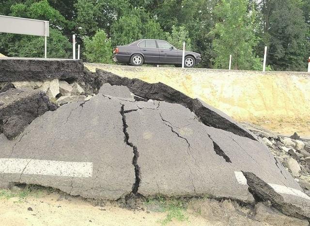 Stara droga wygląda jak nalocie bombowym. A to były tylko wody Odry...  (Fot. Mariusz Kapała)