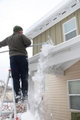 Odśnieżając dach unikniesz grzywny