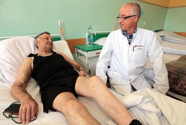– Z dwóch poprzednich przeszczepów nie cieszyłem się tak, jak z tego trzeciego – mówi pan Andrzej. – Pan profesor uratował mi nim życie. Ogromnie za to dziękuję!