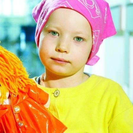 """Ośmioletnia dziś i całkowicie zdrowa Ala przez najbliższy rok będzie """"twarzą"""" Fundacji Pomóż Im"""