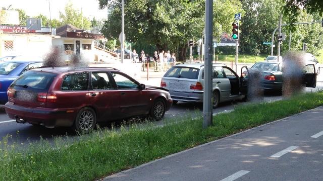 Wypadek na Wasilkowskiej w Białymstoku. Pijany kierowca volvo uderzył w BMW. 3,5 promila alkoholu