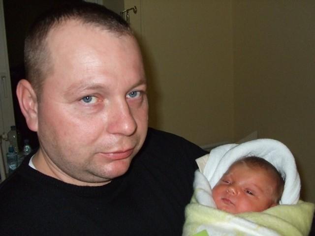 Amelia Andryszczyk Amelia Andryszczyk urodzila sie w poniedzialek, 7 grudnia. Wazyla 3900 g i mierzyla 57 cm. To pierwsze dziecko Aldony i Zbigniewa z Nagoszewski.