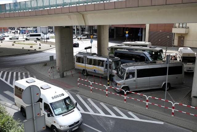 Od 1 września busy mają zatrzymywać się na kolejnej części placu pod estakadami