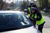 Mandat 500 zł za nietrzymanie rąk na kierownicy. Policjant w czasie kontroli drogowej ma prawo tego wymagać