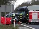 Jedna osoba nie żyje po zderzeniu busa i tira. Śmiertelny wypadek na K92 koło Lwówka [ZDJĘCIA]
