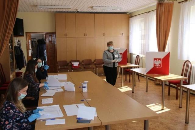 Koronawirus w Polsce. Wybory na wójta gminy Wierzchlas. Zdjęcia z wyborów w czasie epidemii koronawirusa