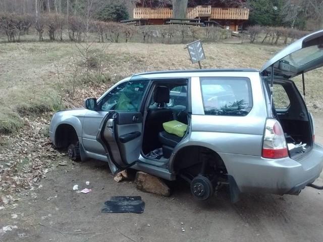 Wspinaczom skradziono sprzęt i wszystkie koła w samochodzie