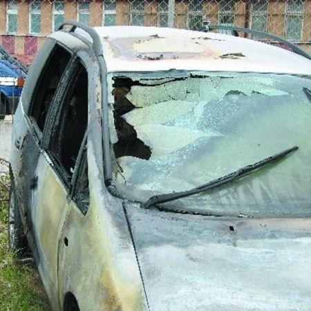 """Ten samochód należał do funkcjonariusza """"drogówki"""". Został podpalony w niedzielę w nocy. Policjant oszacował swoje straty na 15 tysięcy złotych. Nie wykluczone, że była to zemsta przemytników."""