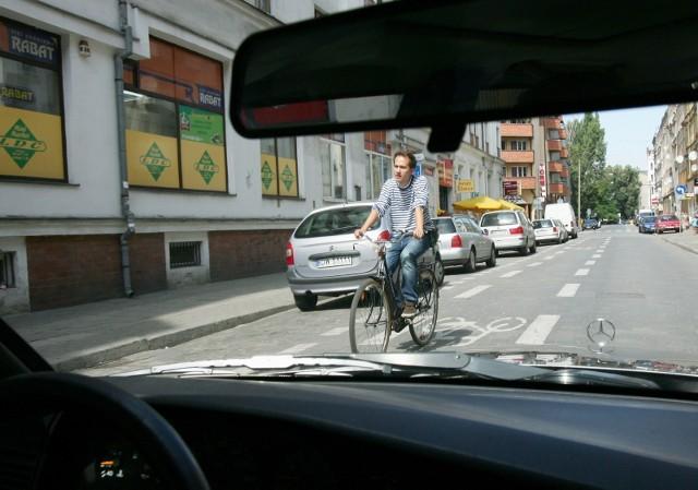 """Dobra informacja dla rowerzystów i sygnał dla kierowców, że będą musieli bardzo uważać na użytkowników dwóch kółek w kolejnych miejscach Wrocławia. Od czerwca na kolejnych 45 wrocławskich ulicach rowerzyści będą mogli jeździć pod prąd. Zarząd Dróg i Utrzymania Miasta właśnie ogłosił przetarg na stworzenie 45 nowych tzw. kontrapasów. Termin składania ofert upływa 8 marca. Wykonawca będzie miał 2 miesiące na zrealizowanie inwestycji. Najwięcej nowych miejsc do jazdy pod prąd pojawi się na Krzykach, Nadodrzu i Wielkiej Wyspie. Przypomnijmy, że kontrapas umożliwia rowerzystom jazdę pod prąd na ulicy jednokierunkowej. Wydzielają go dwie białe linie. Na ulicach objętych strefą ograniczonej prędkości o możliwości jazdy pod prąd informuje także tabliczka """"Nie dotyczy rowerów"""" umieszczona pod znakiem zakazu wjazdu.Sprawdź konkretne lokalizacje na osiedlach poruszając się po galerii przy pomocy strzałek na klawiaturze."""