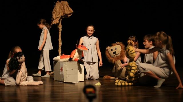 """Spektakl """"Pęknięcie"""" Małgorzaty Sienkiewicz miał swoją premierę 14 czerwca. Wzięło w nim udział 40 młodych aktorów z teatrów: Form Niewielkich, Belle Etage i Żółtodziób."""