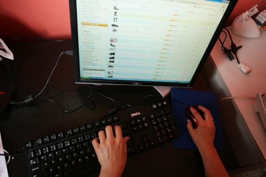 Handel podróbkami bije rekordy. Oszustów wyeliminują social media?