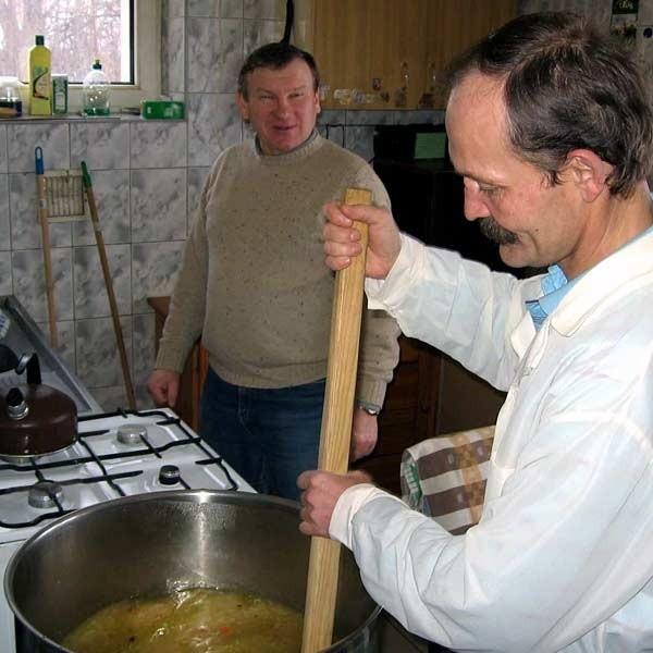 Kuchnia w albertyńskim schronisku. Bezdomni sami gotują sobie i wszystkim, którzy się do nich zgłoszą.