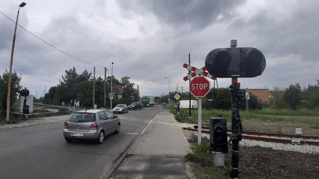 Na przejeździe przy ul. Częstochowskiej w Opolu trwa już montaż sygnalizacji świetlnej i rogatek.