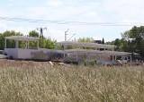 """Budowa trasy kolejowej. Wejście z peronu przystanku kolejowego Radom Gołębiów prowadzi wprost na """"szczere pole"""""""