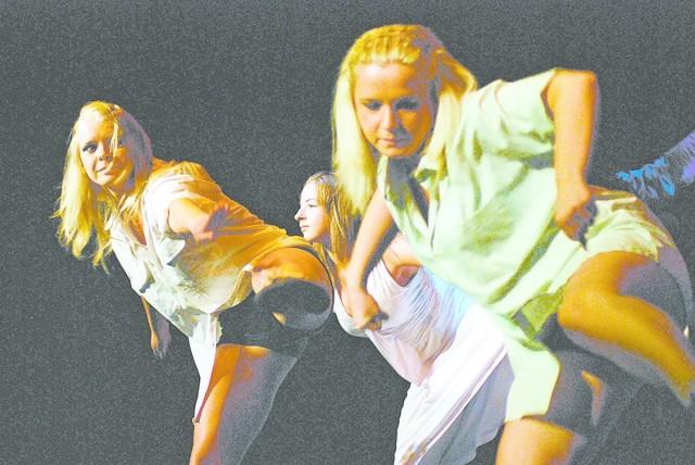 Podczas imprezy w teatrze pokaz tańca nowoczesnego dał zespół Santex.