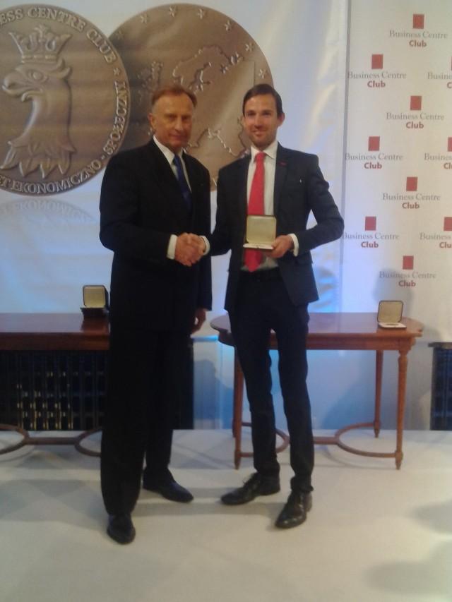 Marcin Cikorski )z prewej z medalem) i Marek Goliszewski założyciel i prezes Buisness Center Club