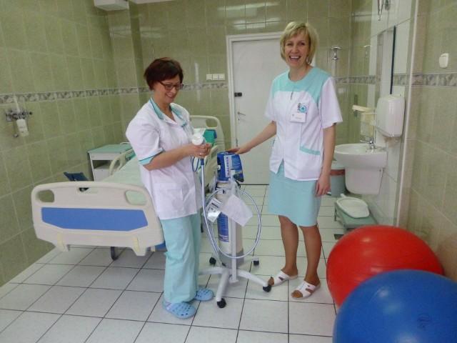 Położne Gabriela Babaczyk i Barbara Gos w sali porodowej  Nowe go  Szpitala w Świeciu z urządzeniem  służącym do podawania pacjentkom  gazu rozweselającego
