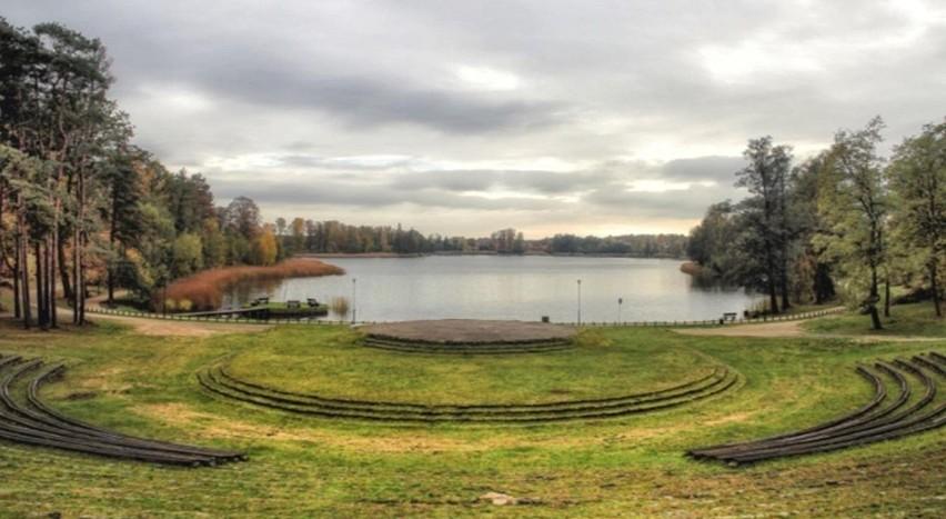 Amfiteatr w Ośnie Lubuskim jest popularny, bo znajduje się...