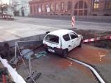 Wypadek przy budowie trasy WZ, seicento wpadło do wykopu. KORKI! [FILM, zdjęcia]