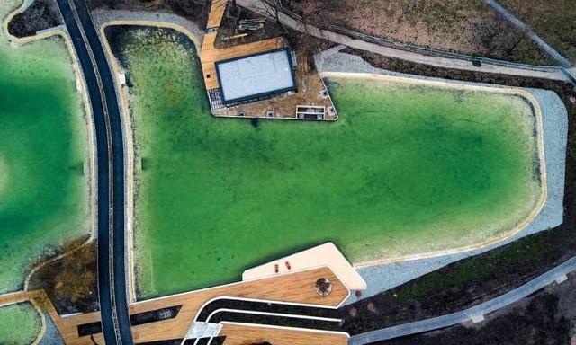 W zimie Park Lotników Polskich zyskał staw. Wykopano dziurę w ziemi, zalano wodą