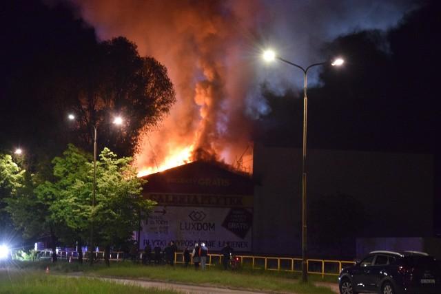 Ogromny pożar w Częstochowie przy Monte Cassino. Pali się firma budowlana