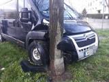 Wypadek dwóch samochodów na Grabiszynie. Bus uderzył w drzewo (ZDJĘCIA)