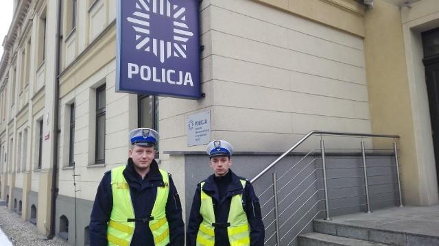 St. sierż. Krzysztof Piecuch (z lewej) i st. sierż Mateusz Szymański - bohaterscy funkcjonariusze tarnogórskiej drogówki