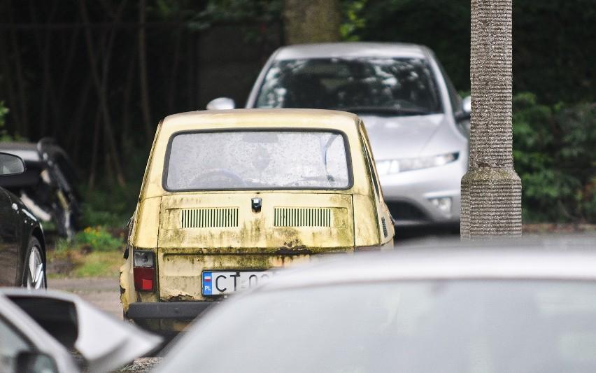 Fiacik stoi na policyjnym parkingu w Toruniu