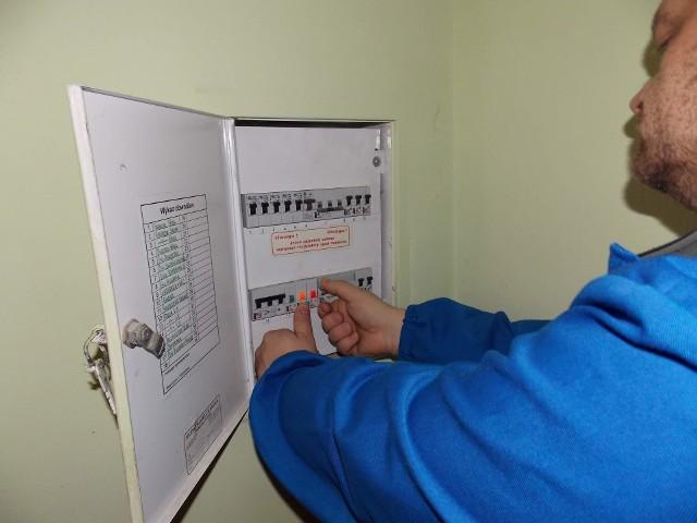 Wyłączanie prąduChcąc obniżyć rachunki za prąd, sprawdźmy oferty sprzedawców prądu działających na naszym terenie. Podczas analizy ofert możemy korzystać z informacji zawartymi na stronach internetowych. Jednak przed podjęciem ostatecznej decyzji, lepiej skontaktować się z biurem obsługi klienta wybranego sprzedawcy, by dowiedzieć, jaka jest ostateczna stawka za kilowatogodzinę i jakie opłaty będziemy ponosili w przypadku dokonania zmian.