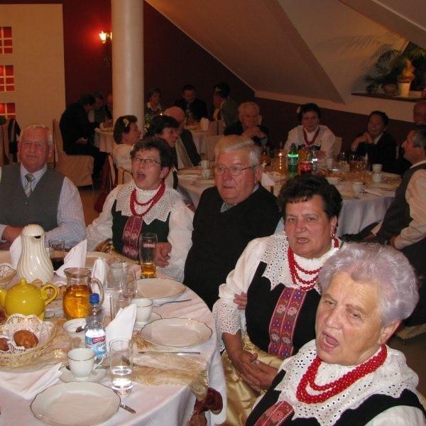 """Goście swaczyny bawili się z artystkami. Pierwsza z prawej - Elżbieta Markiewicz, jedna z najdłużej śpiewających w """"Echu""""."""