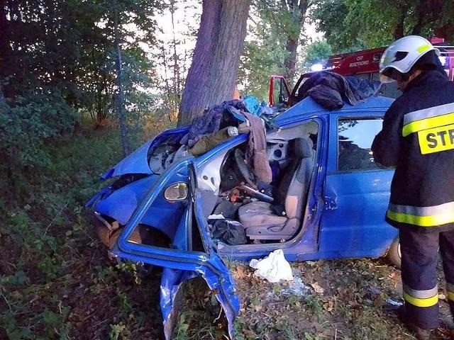 """W piątek, 31 sierpnia, wieczorem koło Gościnowa osobowy matiz wypadł z drogi i roztrzaskał się na drzewie. Kierujący nim 35-letni mężczyzna zmarł mimo akcji reanimacyjnej.Do tragicznego wypadku doszło w piątek, 31 sierpnia, około godz. 19.40 na lokalnej drodze koło Gościnowa pod Skwierzyną. Osobowy matiz wypadł z drogi uderzył w drzewo. Uderzenie było tak silne, że pojazd zamienił się w stertę pogiętych blach. Kierujący nim 35-letni mężczyzna ze Starego Polichna został uwięziony we wraku. Strażacy musieli użyć sprzętu hydraulicznego, żeby wyciągnąć go na zewnątrz.Mimo trwającej ponad pół godziny reanimacji, kierowca zmarł. W akcji ratowniczej oprócz pogotowia ratunkowego uczestniczyli też strażacy-ochotnicy ze Skwierzyny i Murzynowa oraz zawodowi z jednostki-ratowniczo gaśniczej z Międzyrzecza.Więcej informacji z powiatu międzyrzeckiego w tygodniku """"Głos Międzyrzecza i Skwierzyny"""". Zobacz korytarz życia, utworzony przez kierowców na trasie S3 koło Międzyrzecza."""