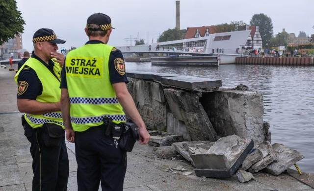 """Zniszczony murek przy nabrzeżu Motławy w Gdańsku. Tu właśnie """"nie wyrobił"""" cumujący katamaran"""