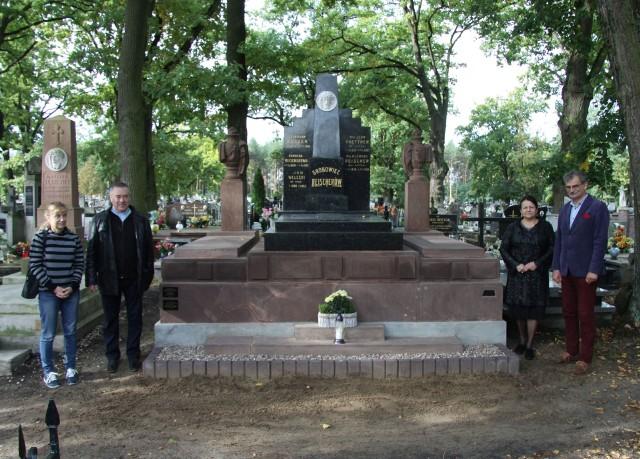 Odbiór prac konserwacyjnych nagrobka rodziny Reischerów, z prawej Dominik Komada i Danuta Kacprzyk
