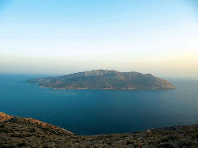 By kupić najdroższą wyspę z zestawienia, trzeba mieć 200 mln dolarów amerykańskich. Przeliczając kwotę na złotówki, otrzymamy bajońską sumę 785 mln. Za taką cenę staniemy się właścicielami wyspy o powierzchni 260 hektarów - w cenę wliczone piękne, piaszczyste plaże i lazurowa woda. Wyspa Patroklos położona jest w niedalekiej odległości od stolicy Grecji - Aten.