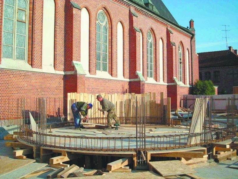 Zanim zrobiono podpiwniczenie kaplicy i krypty, robotnicy musieli umocnić bardzo płytkie fundamenty katedry. Przez dwa miesiące nad pracami prowadzony był także nadzór archeologiczny.