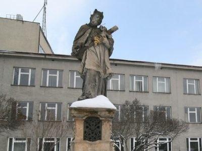 Figura stała na terenie kampusu uniwersyteckiego w Opolu.