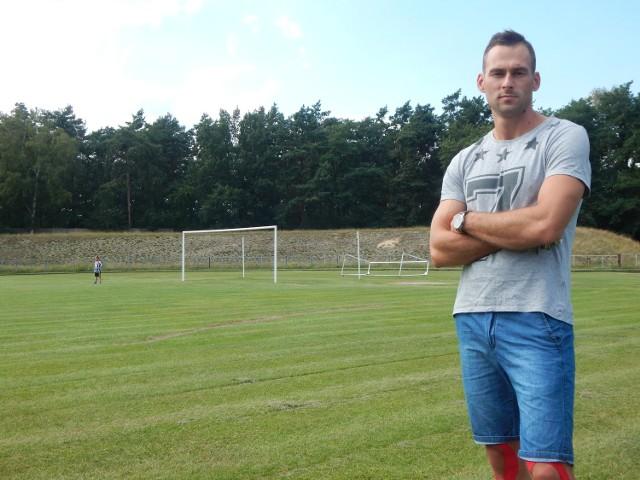Przemysław Fiedorowicz, mieszkaniec Gubina i piłkarz klubu Carina podkreśla, że starania o remont murawy trwają od lat.