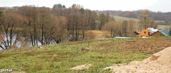 Jezioro Okra w Drawsku Pomorskim. Na pierwszym planie działka, którą gmina sprzedała prywatnym właścicielom na cele turystyczne. Dalej widać stanicę Sławomira Gręziaka, a jeszcze dalej są gminne działki przeznaczone pod budownictwo jednorodzinne.
