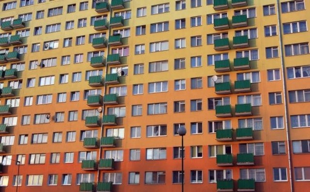 MieszkaniaNa rynku nieruchomości nie brakuje ani ofert sprzedaży zadłużonych mieszkań, ani osób chętnych kupić takie lokale.
