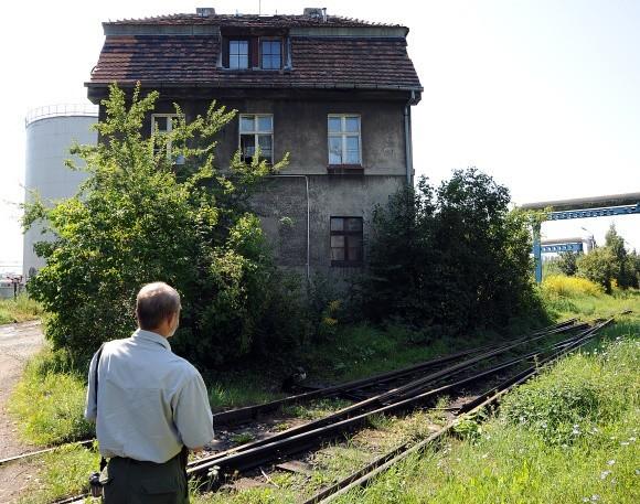 Ten zapomniany przez ZBiLK i Boga budynek stoi przy ul. Górnośląskiej, otoczony z obu stron torami kolejowymi, drogą transportową chemikaliami do mas bitumicznych, rurami transportowymi etc. I żyją w nim ludzie.