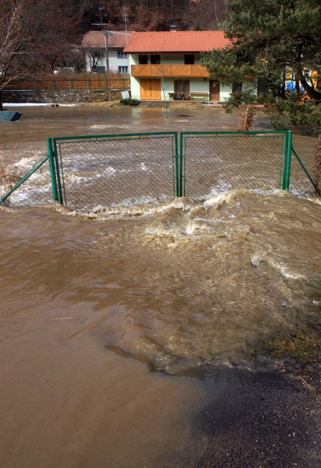 PowódźNajważniejsze jednak to, aby o ubezpieczeniu od szkód powodziowych pomyśleć wcześniej, aniżeli dopiero wtedy, kiedy do naszego lokum zbliża się wielka woda. A tym bardziej, kiedy nasze mienie już zostało zalane.