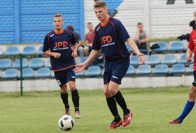 Michał Kamiński (w środku) strzelił gola dla Alitu w Staszowie.
