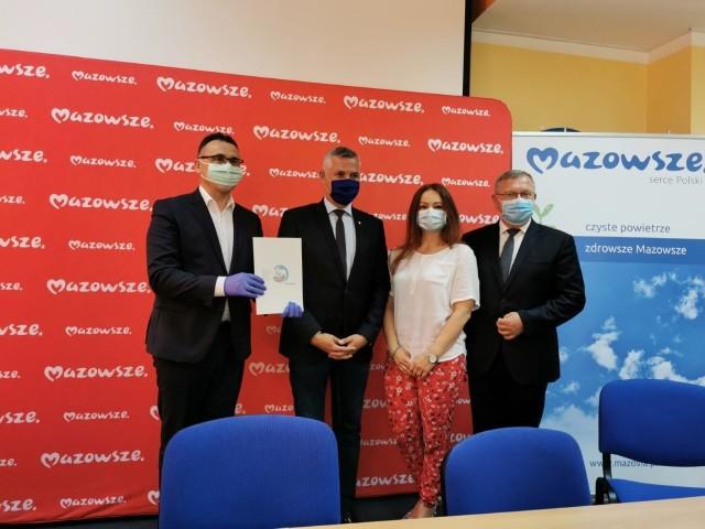 Burmistrz Tomasz Matlakiewicz (z lewej) obok wicemarszałka Rafała Rajkowskiego z podpisaną umową na ochronę powietrza w gminie Przysucha.