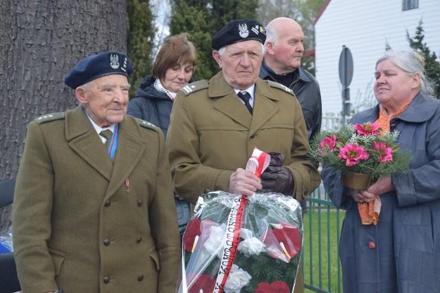 W piątek uroczyście świętowano obchody 72. rocznicy Forsowania Nysy Łużyckiej w Przewozie.- Każda rocznica forsowania Nysy Łużyckiej jest wyjątkowa. W ten sposób możemy uczcić poległych żołnierzy - przemawiał Krzysztof Polusik. - Znajdujemy się na skrawku ziemi, ,,ziemi świętej'', bo uświęconej krwią naszych Braci żołnierzy i saperów, którzy oddali życie, podczas forsowania Nysy Łużyckiej.Po uroczystym złożeniu wieńców pod pomnikiem poległych w bitwie żołnierzy, kompania reprezentacyjna 10. Brygady Kawalerii Pancernej ze Świętoszowa, wraz z uczestnikami wydarzenia, udali się nad Nysę Łużycką. Wszyscy oddali hołd poległym wojownikom poprzez wrzucenie czerwonego goździka, a przez cale spotkanie w uszach wszystkich rozbrzmiewało: Polegli na polu chwały!, które wypowiadali żołnierze 10. BKPanc.