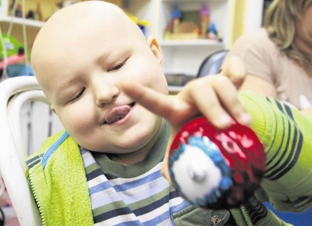 W poniedziałek na oddziale onkologii dziecięcej UDSK w Białymstoku mali pacjenci, m.in. Michał (na zdjęciu)  robili kolorowe bombki.